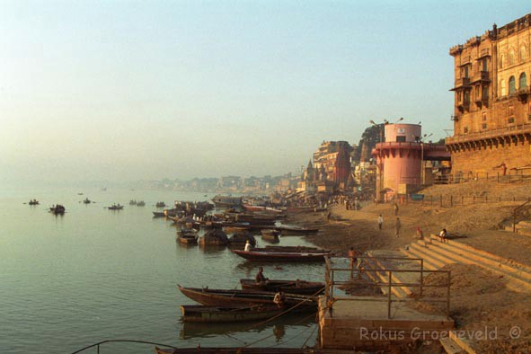 India92-15 Varanasi, ghats at sunrise 1